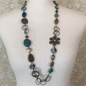 Adorable necklace w/metal flower & teal beads